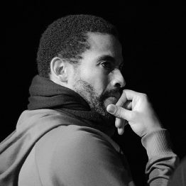 Raul Valdez ist künstlerischer Leiter an der CDSH – Contemporary Dance School Hamburg. Er lehrt Choreographie und Contemporary.