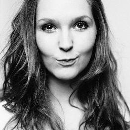 Sina Rundel ist Assistentin der Schulleitung und lehrt Tanzgeschichte an der CDSH – Contemporary Dance School Hamburg